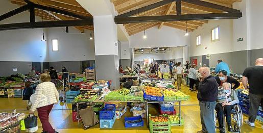 Los vecinos quisieron estrenar este martes, día de mercado, el edificio reformado con una amplia oferta de fruta y verdura fresca.