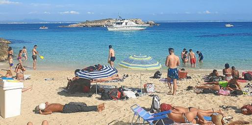 Vecinos de Calvià aseguran que no es la primera vez que la embarcación fondea muy cerca de la orilla y pone en riesgo a los bañistas.