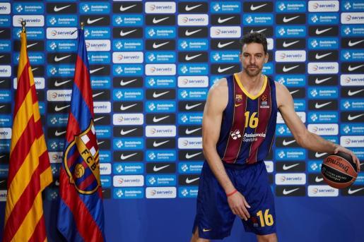 Pau Gasol posa durante su presentación como jugador del FC Barcelona.