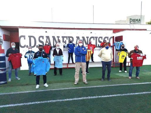 El presidente del San Francisco, Amedeo Spadaro (centro), junto al presidente de la Federación Balear, Miquel Bestard y algunos de los representantes de los clubes de fútbol de Palma, este martes en Son Fuster.