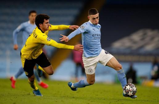 El mallorquín Mateu Morey (izquierda) intenta detener la internada de Foden, del Manchester City.