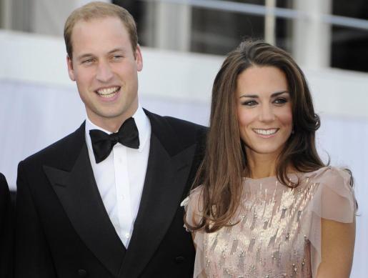 Foto de archivo tomada el 9 de junio de 2011 del príncipe Guillermo de Inglaterra y su esposa, Catalina Middleton, durante su asistencia a una gala benéfica.