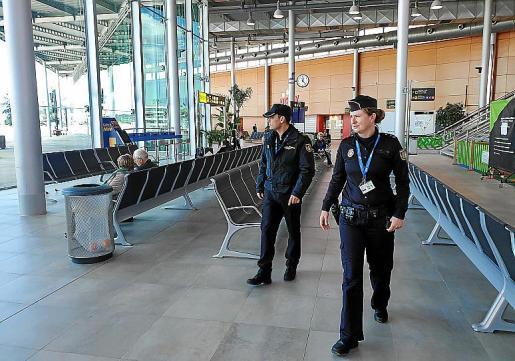 Dos agentes de la Policía Nacional patrullando por la terminal del aeropuerto de Son Sant Joan.