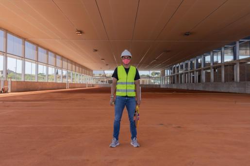 Rafael Nadal posa en las nuevas pistas semicubiertas de tierra batida.