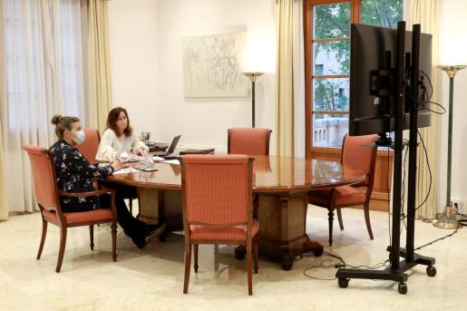 Francina Armengol y Patricia Gómez, en una reunión de este miércoles por videoconferencia.