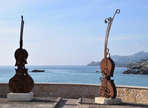 El paseo marítimo de Cala Rajada es el escenario de una exposición de 15 esculturas de hierro del artista de Santa Margalida Guillem Crespí.