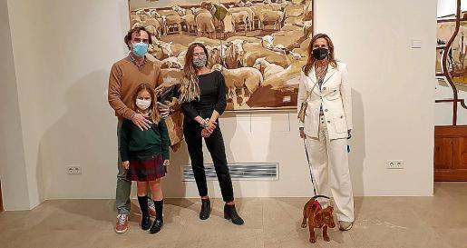Antonio Ruiz con su hija Alejandra Ruiz, Vera Edwards yla joyera Mar Aldeguer con Ted, nuestra mascota, que acudía a su primer acto social en Palma. Un exitoso debut.