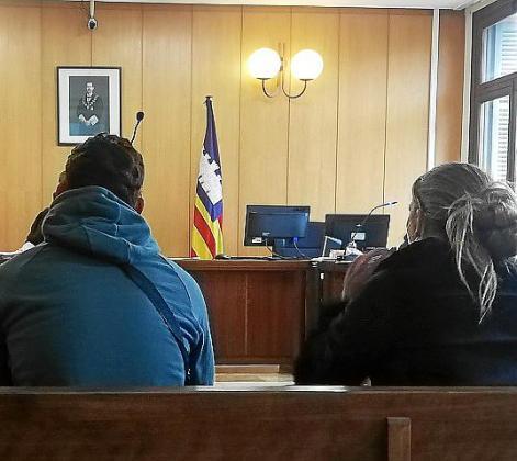 Los procesadosa en una sala de lo Penal de los juzgados de Vía Alemania de Palma.