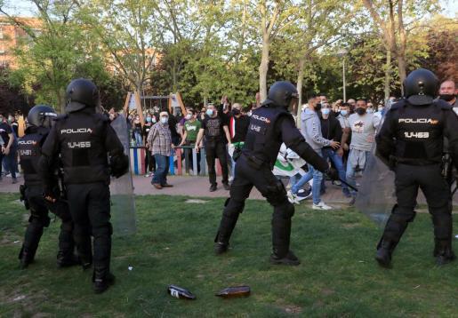 La Policía Nacional ha cargado contra los manifestantes congregados en Vallecas para protestar por el acto de precampaña de Vox.