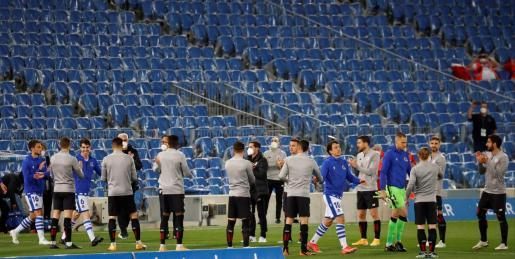 Los jugadores del Athletic Club hacen un pasillo a los de la Real Sociedad, por su victoria en la final de la Copa del Rey el pasado sábado, momentos antes del partido de Liga.