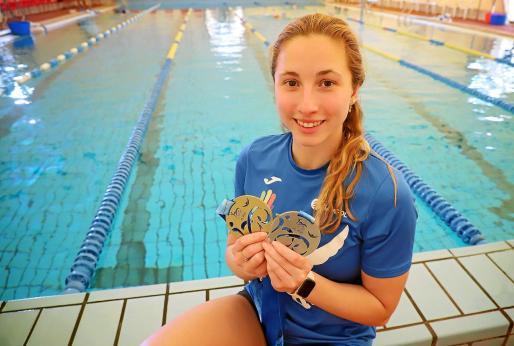 La nadadora isleña Aina Hierro posa con las dos medallas logradas en el nacional en la piscina del Palma.