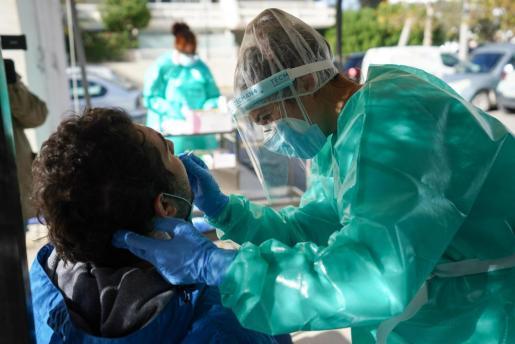 Imagen de archivo de la realización de una prueba PCR en Ibiza.