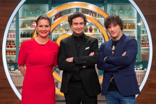 El jurado de 'MasterChef' Pepe Rodríguez (c), Jordi Cruz (d) y Samantha Vallejo-Nágera (i) posan antes del comienzo de la novena edición del programa que se emitirá el próximo martes 13 de abril.