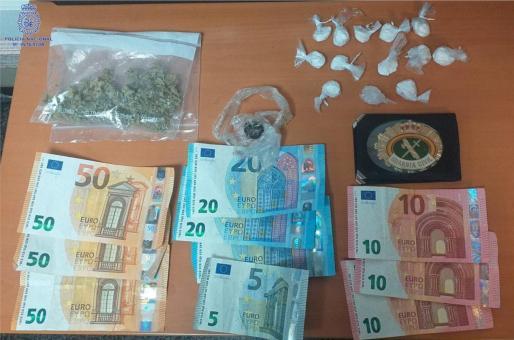 Entre las pertenencias del conductor se requisó también una cartera con una placa simulada de la Guardia Civil y dinero en una riñonera.