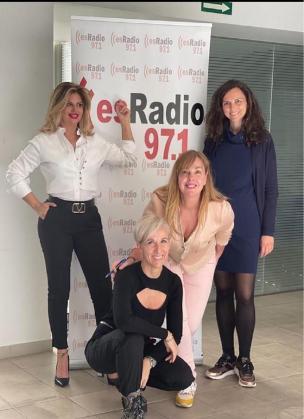 La presentadora y directora de los Foros, Marilena Estarellas, junto a colaboradoras e invitadas de su primer programa 'esMujer', recientemente estrenado en la emisora.