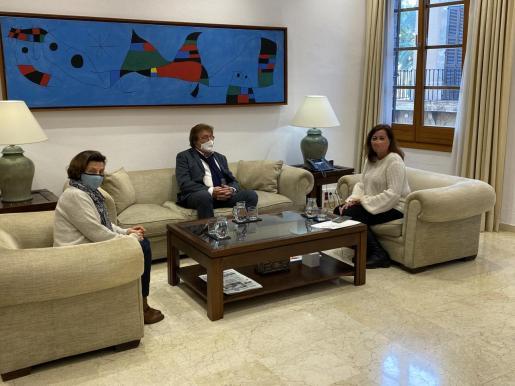 Imagen de la reunión mantenida este jueves en el Consolat de Mar entre la presidenta del Govern, Francina Armengol, la consellera Fina Santiago, y el presidente de la Federació de Futbol de les Illes Balears, Miquel Bestard.