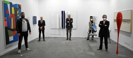 Carlos Cartaxo, Robert Ferrer, Pep Llabrés, Constanza Fiol de Nicolás y Xavier Fiol, en el estand en Estampa de estas galerías de Palma.