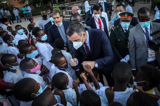 El presidente saluda a los niños de un colegio religioso en su breve visita a Angola.