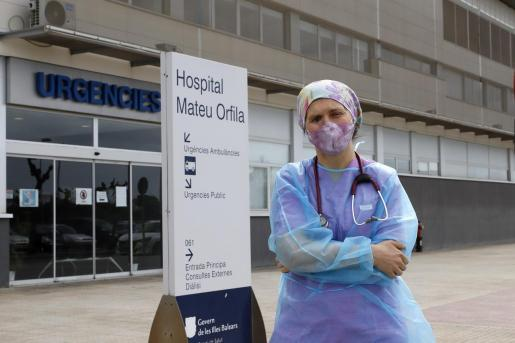 La doctora Nadiya Popel, ayer frente a la entrada de Urgencias.