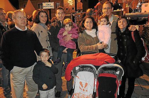 Francisco Riera, Erica Vallespir, Enrique Riera, Rocío Riera, Emilio Gómez, Marta Riera y los pequeños Marta, Joan y Emma.