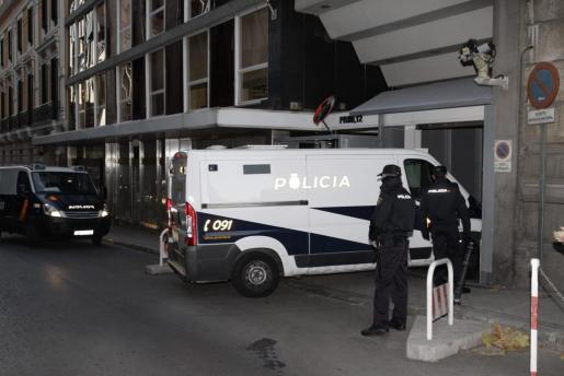 El expresidente de la CEOE, Gerardo Díaz Ferrán, y el empresario valenciano Ángel de Cabo han llegado a la Audiencia Nacional a primera hora de la mañana en un furgón policial para ser interrogados por el juez Eloy Velasco.