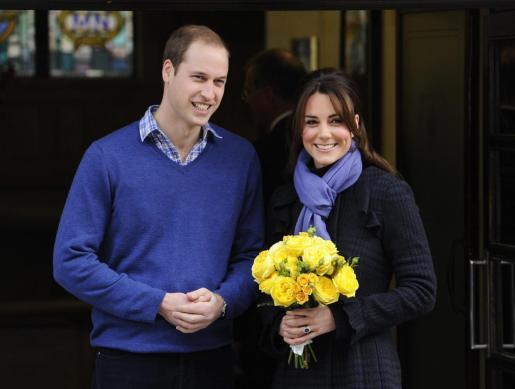 Los duques de Cambridge, Guillermo y Catalina, posan a las puertas del hospital King Edward VII.