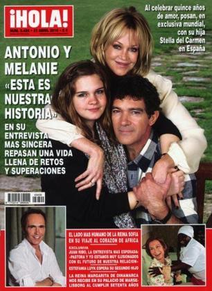 La familia Banderas posa sonriente y feliz en la revista Hola!.