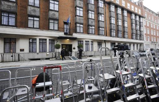 Estampa desierta después de que los periodistas abandonaran el exterior del hospital King Edward VII tras el alta médica de la duquesa de Cambridge, en Londres.