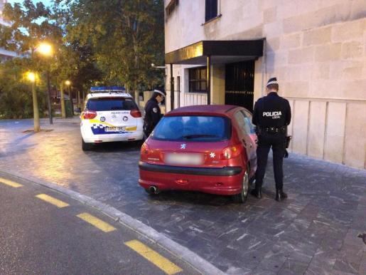 Uno de los controles efectuados de madrugada por policías locales de Palma.