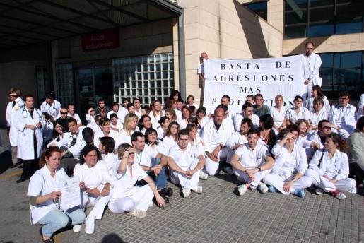 Imagen de archivo de una concentración en Son Llàtzer en protesta por las agresiones al personal sanitario.