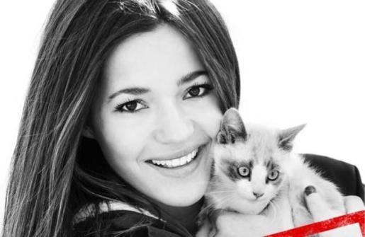 La mallorquina Malena Costa ha mostrado su lado más solidario posando para la Sociedad Protectora de Animales de Madrid.