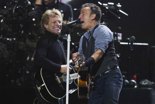 Bon Jovi y Bruce Springsteen, durante su actuación anoche.