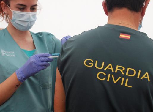 Un agente de la Guardia Civil recibe una dosis de la vacuna contra el coronavirus.