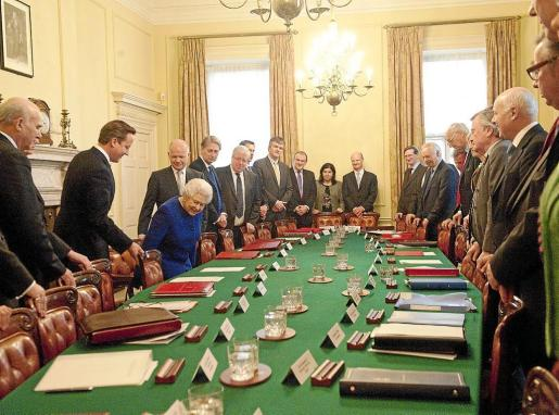 La reina de Inglaterra se sentó en la silla que normalmente ocupa el primer ministro David Cameron.