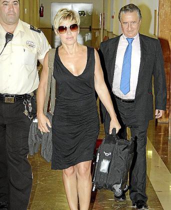 Ana Torroja y su abogado en los juzgados de Palma.