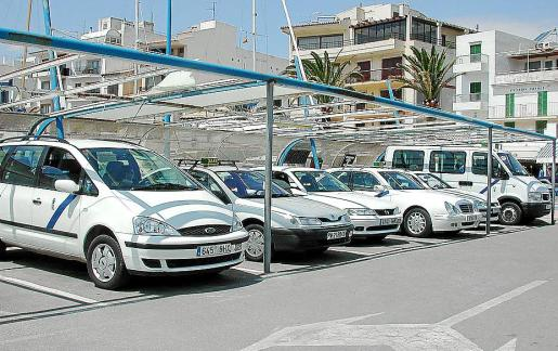 Imagen de archivo de varios vehículos en la parada de taxis del Port de Pollença.