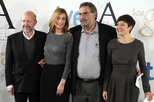El presidente de la Academia Española de Cine, el productor Enrique González Macho (2d), posa junto a Emilio Pina (i), productor ejecutivo de los Goya; Eva Cebrián (2i), responsable de producción de TVE, y la humorista Eva Hache, durante la presentación de la XXVII edición de los Premios Goya que tendrá lugar el domingo 17 de febrero.
