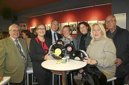 Nicolás Nicolau, Tania Frau, Antonio Comas, la diseñadora de los bolsos, Marga Riutort; Marisa Cortés, Nati Miró y Francisco Tomás.