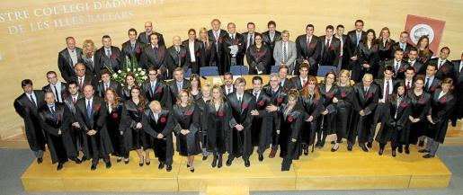 Foto de familia de los nuevos colegiados con los miembros de la junta directiva del Colegio de Abogados de Balears y los colegiados más antiguos.