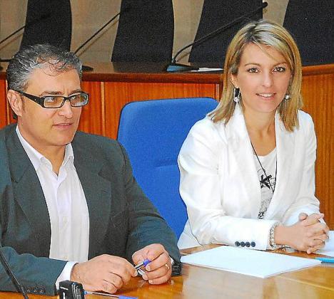 Estefanía Gonzalvo (derecha) junto al alcalde Llorenç Suau.
