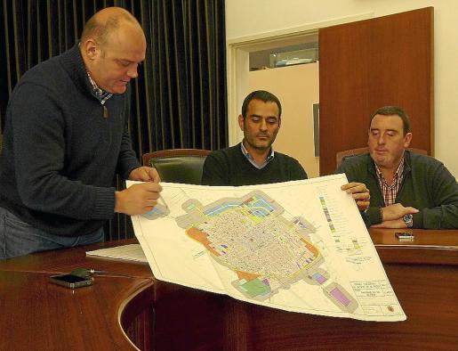 Biel Serra, Mateu Pons y Antoni Cañellas muestran la modificación de las normas.