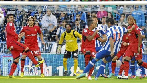 Víctor, Bigas, Aouate, Nsue y Anderson, en una imagen captada en Riazor esta temporada. El Mallorca buscará ahora en el Villamarín dar solidez a la línea defensiva y no encajar goles.