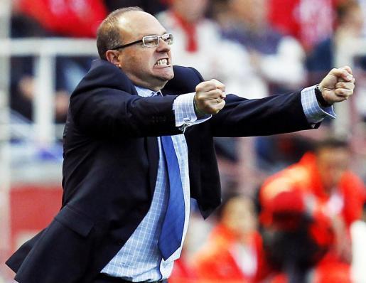 Pepe Mel da instrucciones a sus jugadores durante un partido de esta temporada.