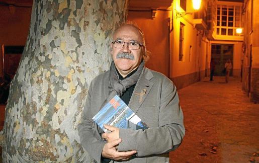 Josep Lluís Carod-Rovira posó para este periódico minutos previos a la presentación de su libro, 'La passió italiana'.