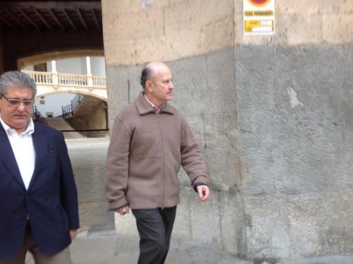 Damià Vidal (derecha), con su abogado, Eduardo Valdivia, hoy en la Audiencia de Palma.