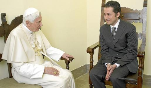 El Papa comunica a Paolo Gabriele que ha sido indultado en una sala privada del Vaticano donde ha permanecido recluido desde octubre.