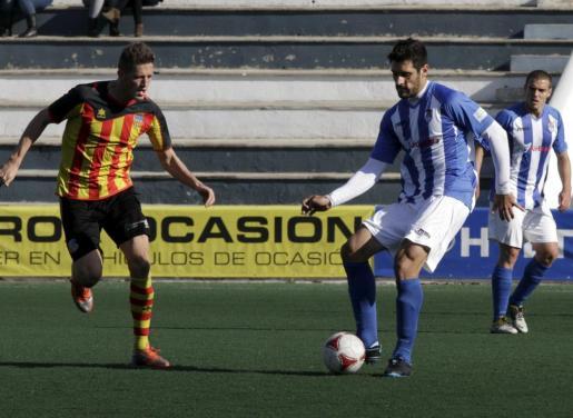 El central del Atlètic Balears, Toni del Castillo, saca el balón jugado, ayer, en el Estadi Balear.
