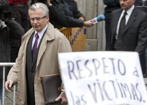 El juez Baltasar Garzón, a su salida del Tribunal Supremo, tras declarar como imputado durante cuatro horas y media.