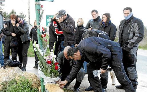 Rotos por el dolor, los amigos de la pareja colocaron una corona de flores en el Camí de Son Rubí, lugar de la tragedia.
