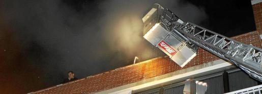 El incendio se inició en un sexto piso del número 35 de la calle Vall d'Argent, en Palma.